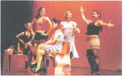 Luci Echávarri, en primer término, en 'Maribel y la extraña familia'.