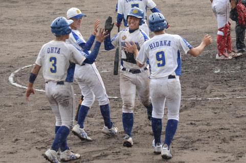 決勝の3回、左越え3ランを放ち笑顔の松浦(右から2人目)