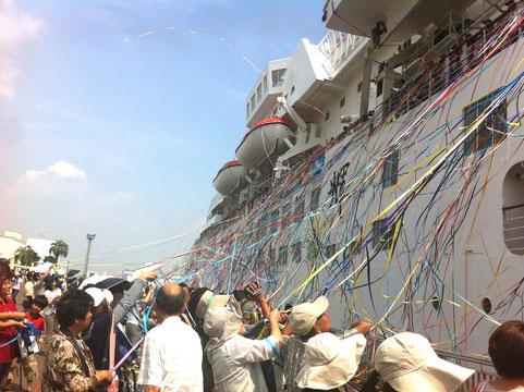 紙テープでお見送り 船は『ふじ丸』
