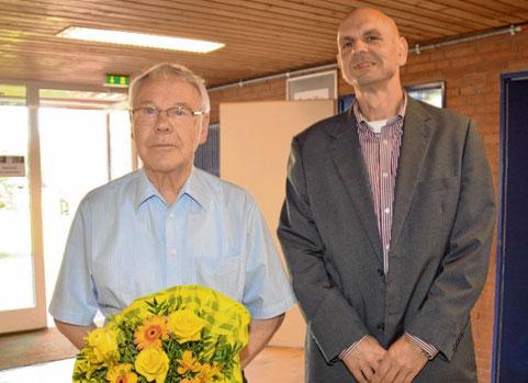 Er hat die Altersgrenze erreicht: Uwe Kurz (l.) wird vom DRK-Vorsitzender Markus Wasserthal geehrt.