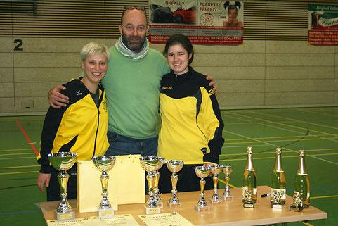 Die beiden Organisatorinnen des Damen-Turniers mit dem 1. Vorsitzenden des SVO.