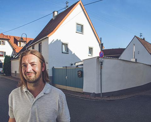 Sven Trump vor dem Weißen Haus in Kallstadt, in dem Donald Trumps Großvater Friedrich zur Welt kam. Foto: myclimate Deutschland