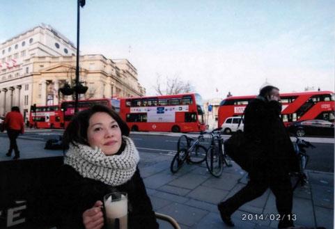 その前にちょっとカフェ休憩。 トラファルガーは一番ロンドンバスが集まるところ、撮影にぴったり