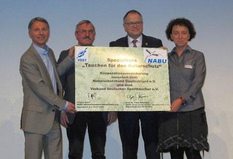 Unterzeichnung der Kooperationsvereinbarung zwischen NABU und VDST auf der BAT 2016 in Düsseldorf