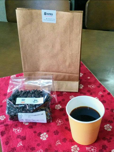 販売するコーヒー豆とカップコーヒーのイメージ