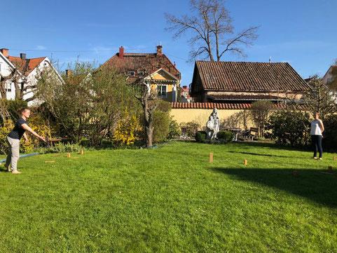 """Corona und Irina spielen """"Wikingerschach"""" im Garten des Gästeheims"""