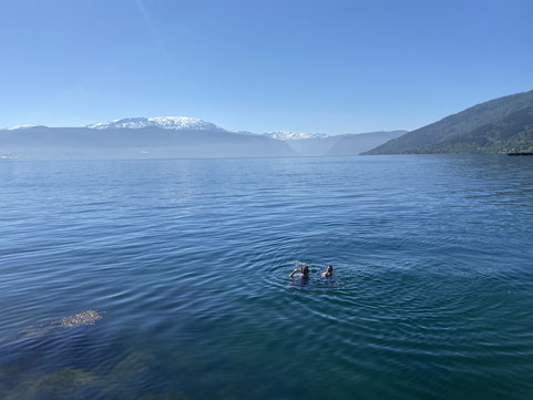 Jonas und Tim (v.l.) baden im Sognefjord.