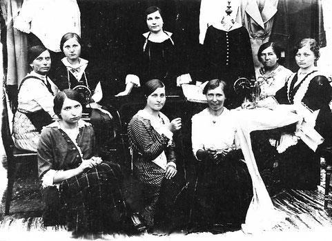Emma Jung (stehend in der Mitte) in Ihrer Schneiderei