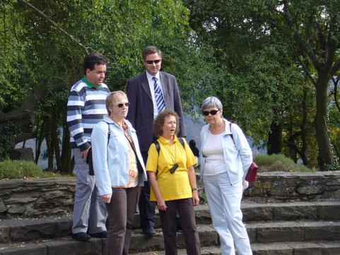 """Auf der Loreley beim Vortrag des Liedes """"Die Loreley"""", von links nach rechts: Lisbeth Käser, Monika Büttiker, Therese Scheidegger, dahinter Martin Zingre und Manfred Grotzki"""