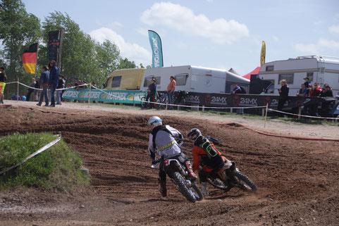 Robert Braun (rechts, Archiv. Triptis, German Cross Country 2015) im Zweikampf auf seiner Motocrossmachine.