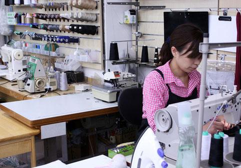 ミシンの設置台数は全国の学生服のお店でも有数です。