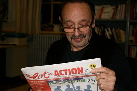 Maurice Lemoine, journaliste du Monde Diplomatique et spécialiste des pays d'Amérique Latine, est saisi en pleine lecture de l'article à propos de Rouletaplume, dans le Lot en action. Photo de Peuple et Culture Corrèze