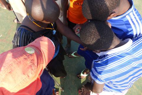 Edokia (mit orangener Kette) im Gespräch mit den Viziwi-Kids...