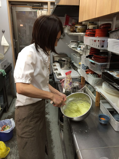 抹茶シフォンケーキを愛情を込めて手作りでおもてなしいたします。