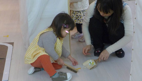 幼児教室のふぃおれーコース(2歳児)のモンテッソーリ活動で、掃除のお仕事を選んだ生徒が先生に援助を受けながら、熱心に活動しています。