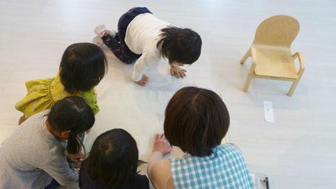 幼児教室の幼稚園児クラスのモンテッソーリ活動で、生徒がグループで言葉の活動を行っています。