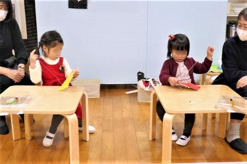 幼稚園児クラスの年少児が、クリスマスの製作で縫いさしを集中して行っています。