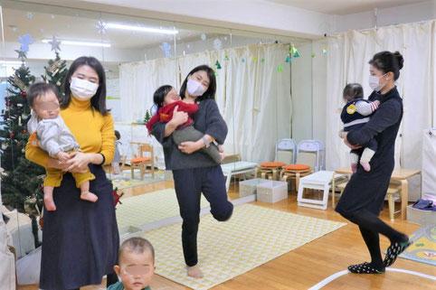 幼児教室の0歳児が、お母さまに抱っこされてダンスを楽しんでいます。