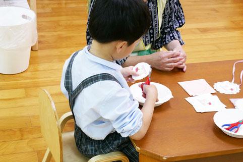 幼児教室の幼稚園児クラスのモンテッソーリの活動で、「母の日」のプレゼントにペンダントを作成しています。