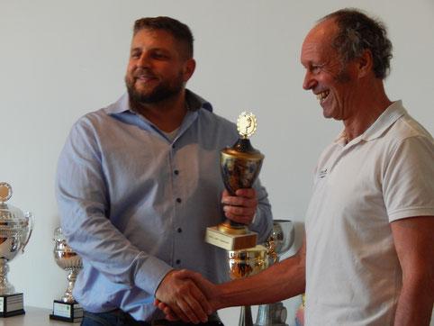 Doch die meisten erfolgreichen Einsätze - zudem in den unterschiedlichsten Disziplinen - hatte der 2. Vorsitzende Reinhard Rhaue zu verzeichen. Daher erhielt er aus der Hand seines Chefs den Gesamtpokal!