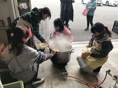 子ども達のためにご飯を作るママたち!