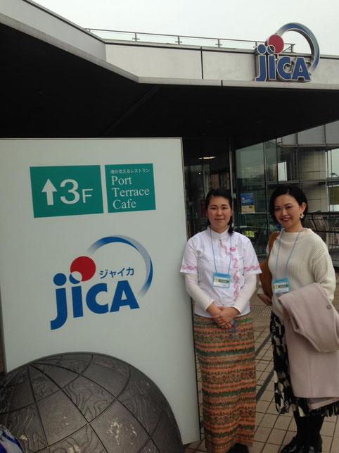会場のJICA横浜にて。理事長深山(左)と理事の安海(右)2018年2月3日