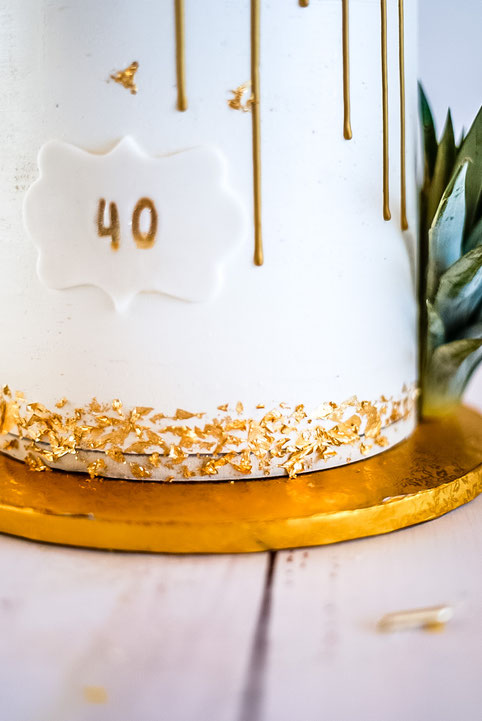 Mango-Kokos-Torte mit Blattgold - Deko