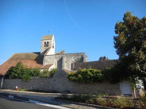 Vue de l'église de Courances, impressionnante avec ses nombreuses dépendances