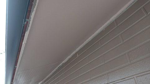 海津町、南濃町、平田町、養老町、輪之内町、羽島市、祖父江町、八開村、立田村、長島町、多度町、北勢町で外壁塗装工事中の外壁塗装工事専門店。南濃町境で外壁塗装工事/軒天の上塗り作業中