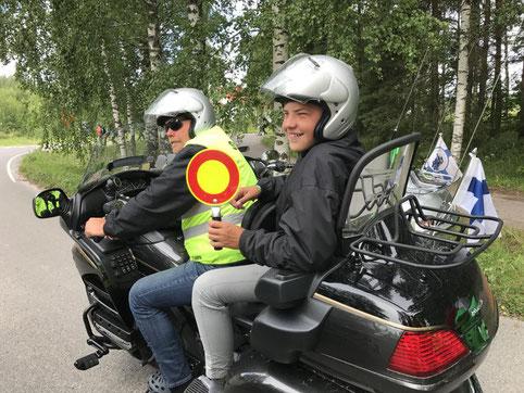 Jari Viitanen, kyydissään poikansa Waltteri 'Valle' Viitanen lähdössä ohjaamaan liikennettä.