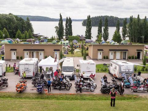 Wingejä, telttoja ja järvi.
