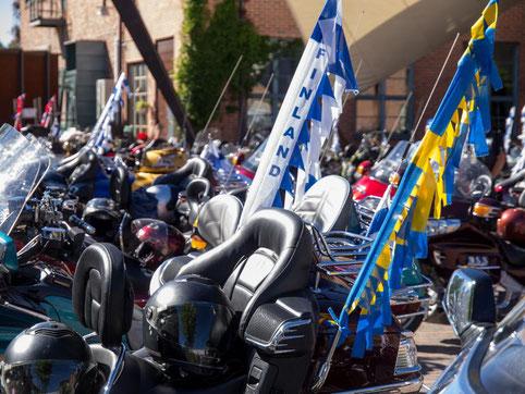 Lisää pyöriä ja lippuja.