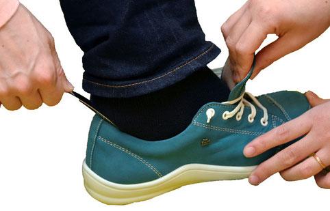 靴べらや指を使ってスムーズに足入れしましょう