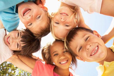 Eine Gruppe fröhlicher Kinder