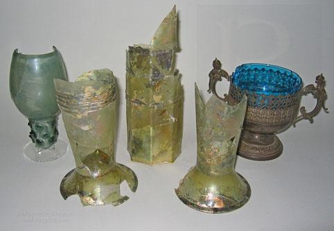v.l.: römischer Nuppenbecher, drei Stangengläßer (ca. 16.Jhr), Gebrauchsgefäß mit Glaseinsatz (ca.1860)