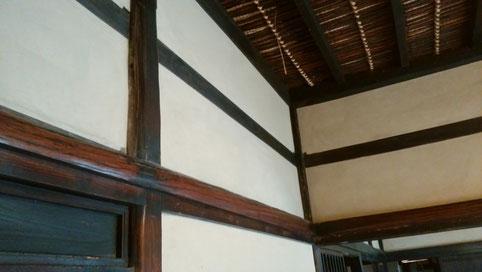 漆塗りの長押(しぼり丸太)