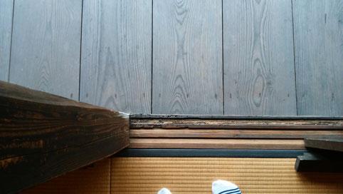 カミノマとエンガワ境の敷居(風蝕具合の違い)