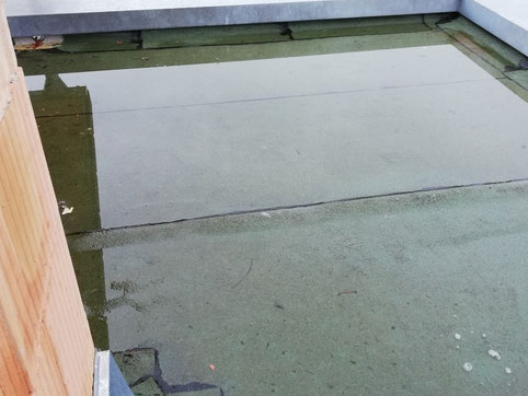 Stehendes Wasser auf der Terrassenabdichtung aufgrund eines fehlenden Gefälles.