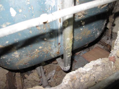 Die Deckenkonstruktion unterhalb der Badewanne war trocken, hier fehlte aber eine Abdichtung.