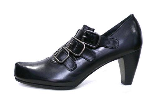 Zapato abotinado de la marca c.doux, piel nagoya color negro, detalle pasadores con hebillas y elásticos sobre lengüeta en empeine, punta pico tortuga