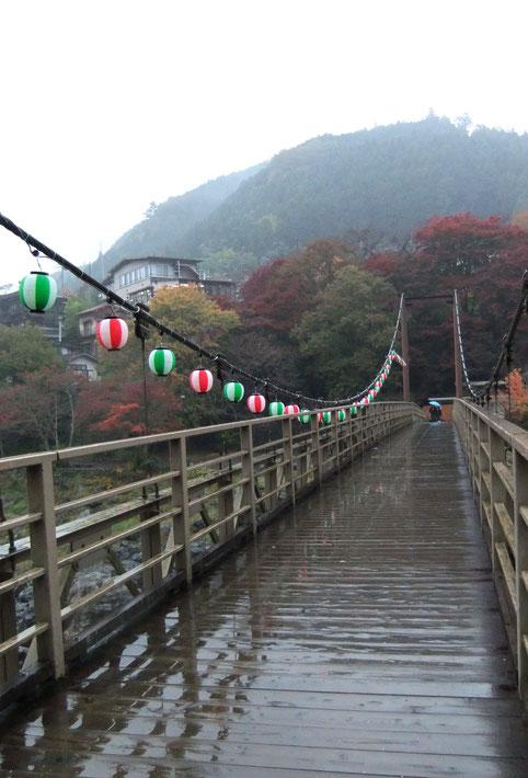 Sawai : le passerelle vers le temple Kanzan à flanc de montagne... sous la pluie