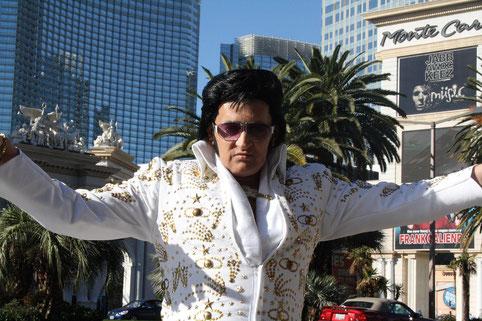 Ein Elvis Darsteller im vollen Outfit inklusive Sonnenbrille