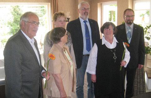 Auf dem Landesseminar wurden Eva Wehle und Petra Daum (zweite und dritte von links) mit der Ehrennadel der Europa-Union in Gold ausgezeichnet (Foto: privat).