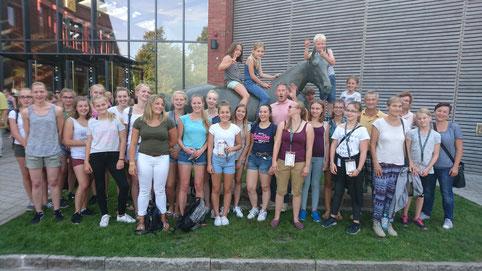 38 Kinder, Jugendliche und einige Eltern haben sich gemeinsam zu den Deutschen Meisterschaften im Voltigieren nach Verden gemacht.