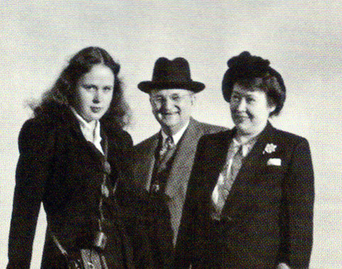 1947 - Arabia : Terry wife his wife Ivy and daughter Charmain ; cropped photo of the original below.