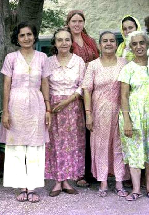 ( Front row ) : Meheru, Mehera, Naja & Dr. Goher - ( Back row ) : Vesta & unknown