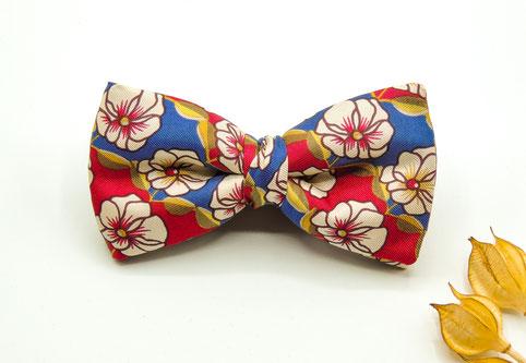 Seidenfliege mit Blumen in rot und blau, schon fertig gebunden