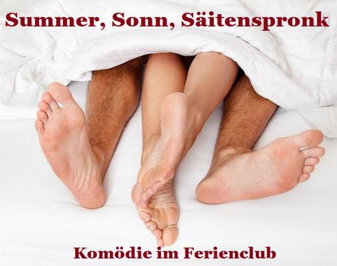 Die Füße eines Liebespaares schauen unter einer Bettdecke hervor. Dazu der Titel: Sommer, Sonn, Saitenspronk