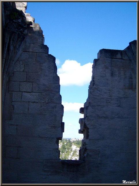 Chapelle castrale Sainte-Catherine, Château des Baux-de-Provence, Alpilles (13) - vue sur la vallée des Baux par le vestige d'une fenêtre