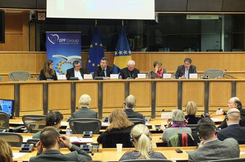 Winfried Gburek (re.) stellt im Europa-Parlament mit einem fachkundigen Podium das Buch vor:  Kroatische Botschafterin Lidija Topic (v. li.), Kardinal Vinko Puljic, Andrej Plenkovic (MdEP), Bischof Dr. Franjo Komarica und Doris Pack.